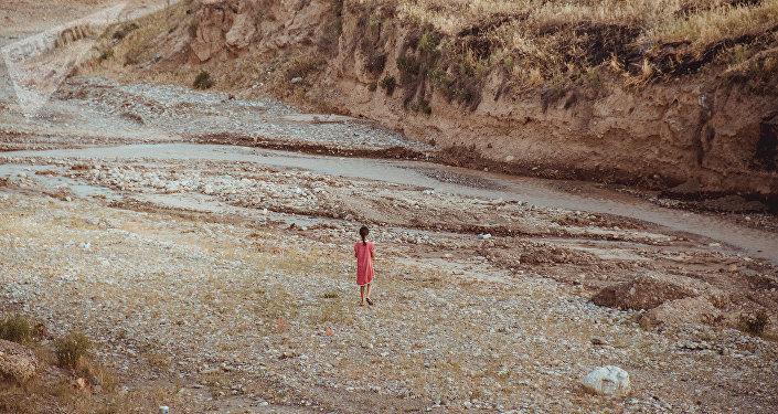 Сельская девочка гуляет у речки. Архивное фото