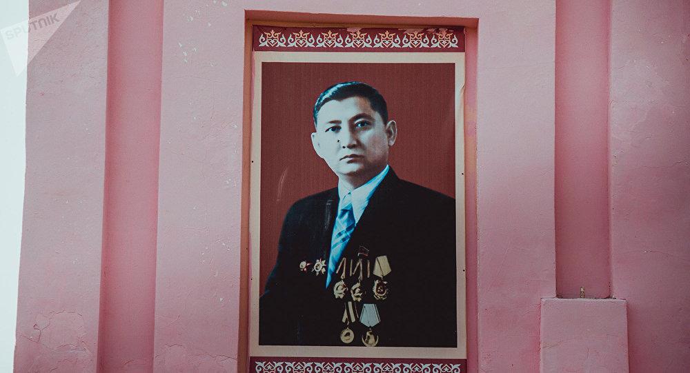 Саясий ишмер Исхак Раззаковдун портрети. Архив