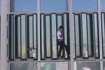 Мужчина без страховки лез по 123-этажному зданию, но ему помешали. Видео