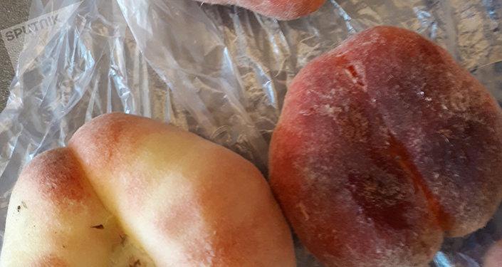 Персики очень ароматные. Наверное, рассчитаны на романтиков, так как форма плодов напоминает сердечки