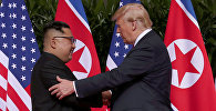 Президент США Дональд Трамп и лидер КНДР Ким Чен Ын во время встречи в Сингапуре. Архивное фото