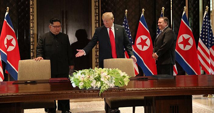 Президент США Дональд Трамп и лидер КНДР Ким Чен Ын перед подписанием итогового документа саммита в Сингапуре. 12 июня 2018 года