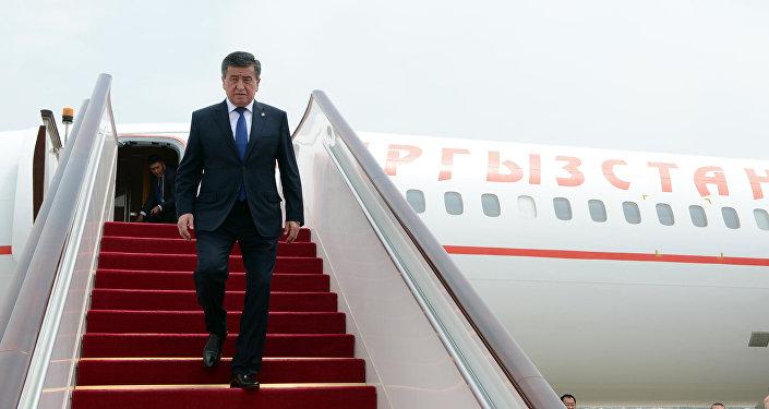 Учактан түшүп жаткан Кыргызстандын президенти Сооронбай Жээнбеков. Архив