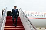 Президент Кыргызской Республики Сооронбай Жээнбеков выходит спускается с трапа самолета. Архивное фото
