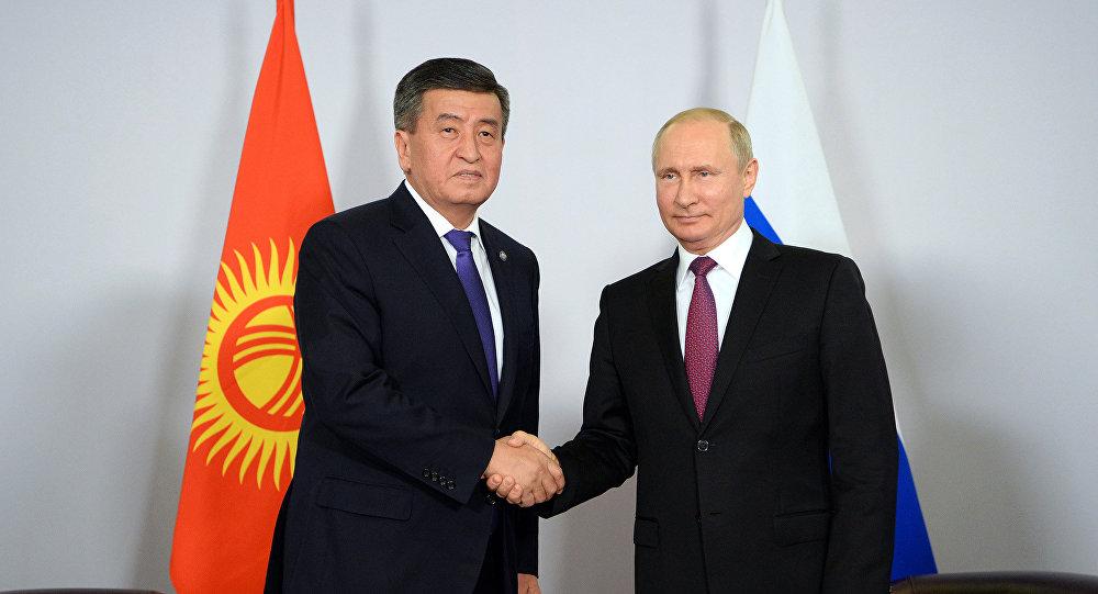 Президент КР Сооронбай Жээнбеков во время встречи с президентом РФ Владимиром Путиным. Архивное фото