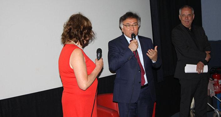 Также перед сеансом выступил посол Кыргызстана в Германии Эринес Оторбаев. Он поблагодарил присутствующих за участие в мероприятии и отметил, что творчество Айтматова вызывает большой интерес у читателей в любой точке планеты.