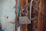 Закрытые на замок двери. Архивное фото