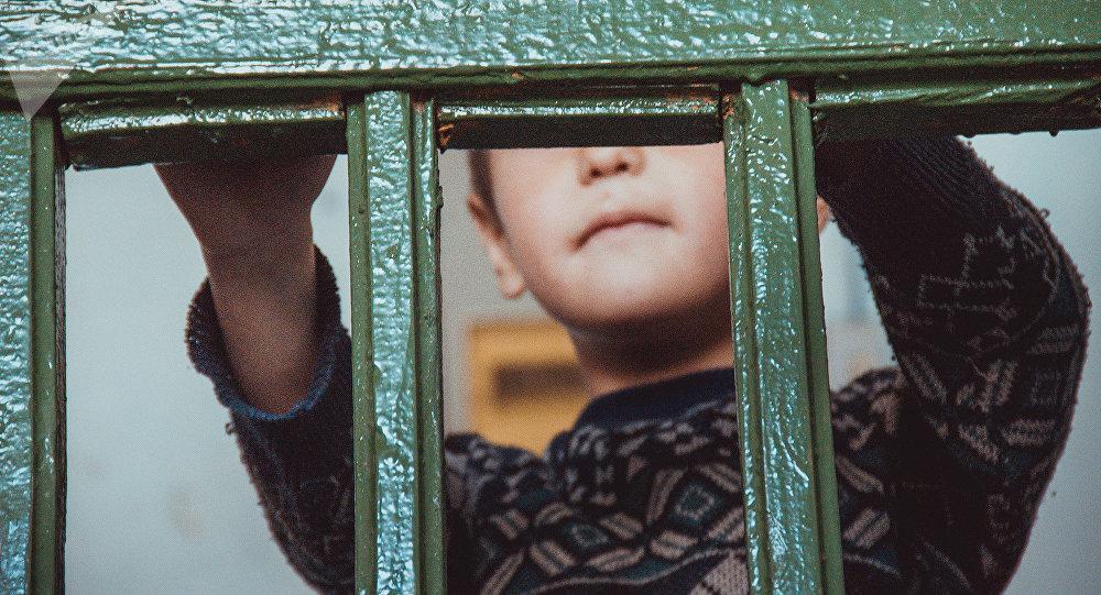 Мальчик у решетки. Архивное фото
