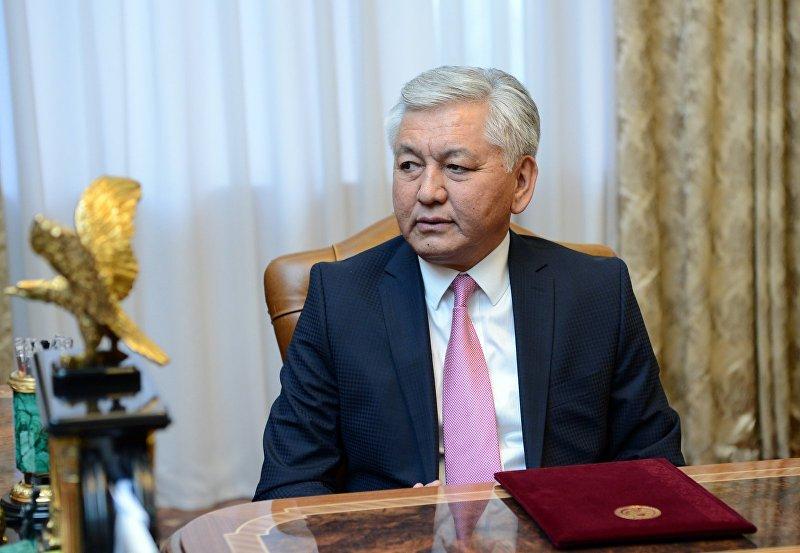 Лидера фракции Социал-демократической партии Кыргызстана Иса Омуркулов во время визита к президенту КР Алмазбеку Атамбаеву, где фракция СДПК получила право на формирование коалиции парламентского большинства.