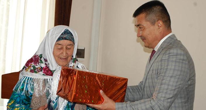 Вручение многодетным матерям орден Баатыр эне и Эне даңкы в Оше