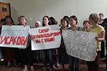 Сторонники Сапара Исакова на городском суде