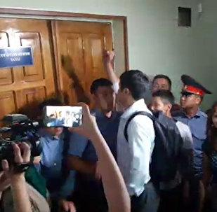 Адвокат пытается пробиться на судебный процесс по делу Сапара Исакова — видео