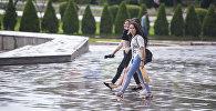 Девушки во время дождя в Бишкеке. Архивное фото