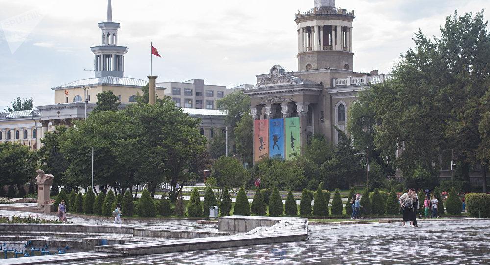 Горожане на аллее молодежи в Бишкеке во время дождя. Архивное фото