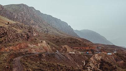 Шахта по добыче угля на окраине города Сулюкта в Баткенской области. Архивное фото