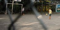 Футбол ойногон балдар. Архивдик сүрөт