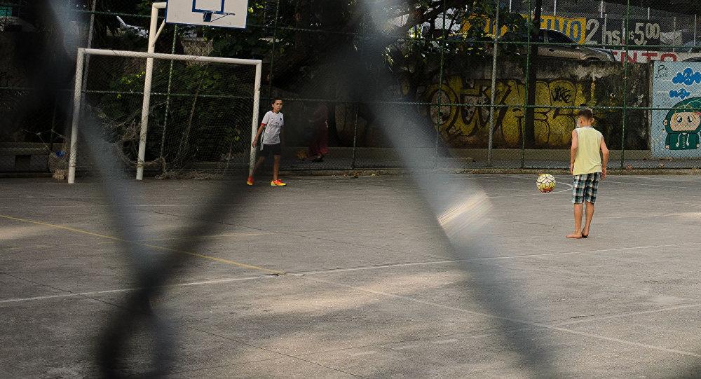 Дети играют в футбол. Архивное фото