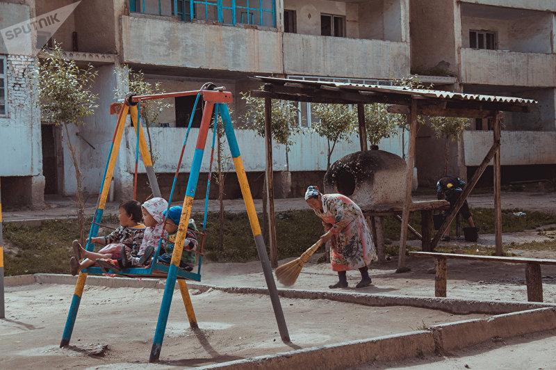 Жители поселка Восточный города Сулюкта в Баткенской области