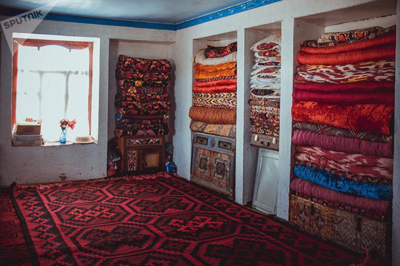Убранство жилой комнаты в селе Ак-Татыр Баткенской области