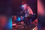 Фанат домогался певицы во время концерта и получил по заслугам — видео