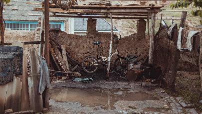 Детский велосипед под навесом во дворе частного жилого дома. Архивное фото