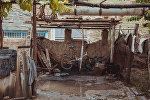 Детский велосипед под навесом во дворе частного жилого дома шахтерского поселка 18-й Шурф города Сулюкта Баткенской области. Архивное фото