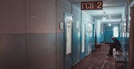 Мужчина ждет врача в коридоре больницы. Архивное фото