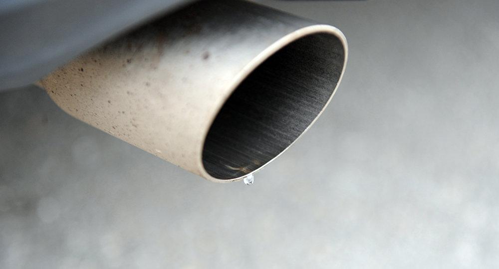 Выхлопная труба дизельного автомобиля. Архивное фото