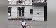 Мама сняла, как сын катается на велосипеде, а призрак следит за ним — видео