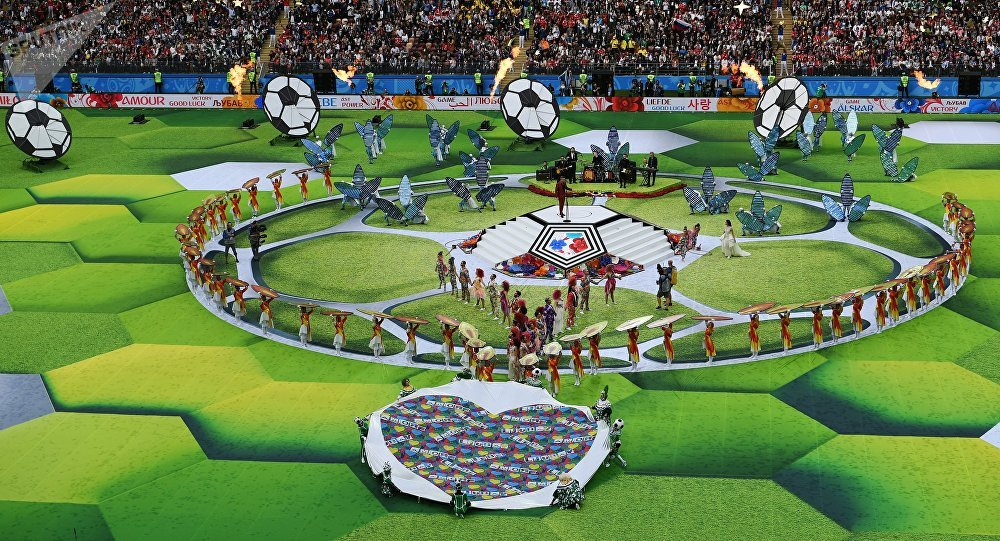 Певец Робби Уильямс выступает на церемонии открытия чемпионата мира по футболу 2018 на стадионе Лужники.