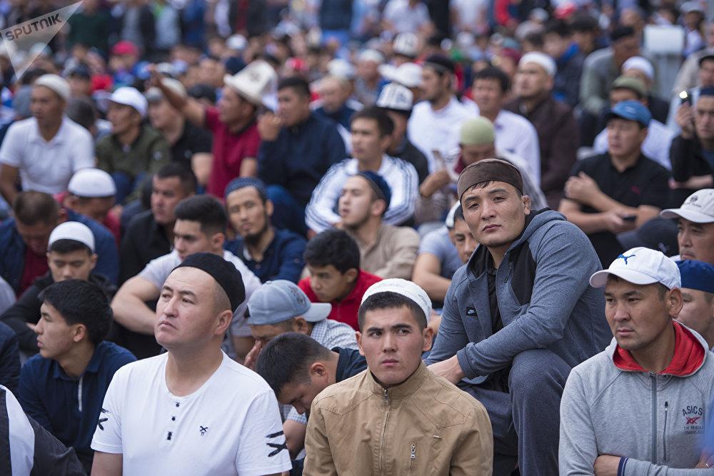В пятницу мусульмане собрались на праздничную молитву по случаю окончания священного месяца Рамазан