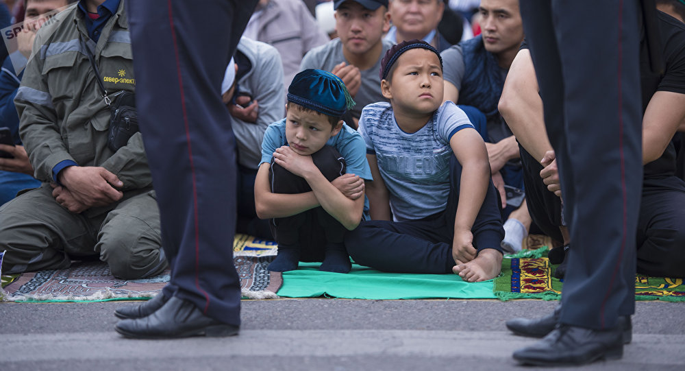 Сотрудники милиции охраняют территорию Старой площади Бишкека во время айт намаза. Архивное фото