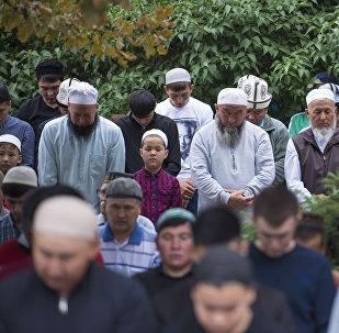 Мусульмане на праздничном намазе на Старой площади Бишкека по окончанию священного месяца Рамазан