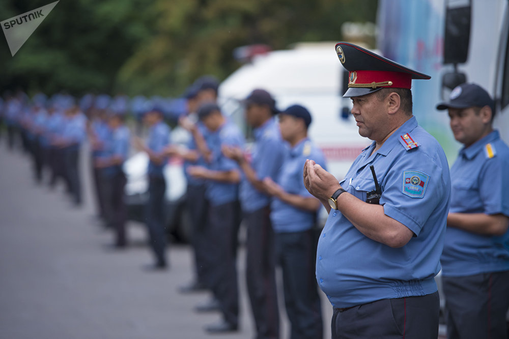 Сотрудники милиции на праздничном намазе на Старой площади Бишкека по окончанию священного месяца Рамазан
