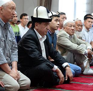 Фотофакты: Сооронбай Жээнбеков айт намазды мечитте окуду