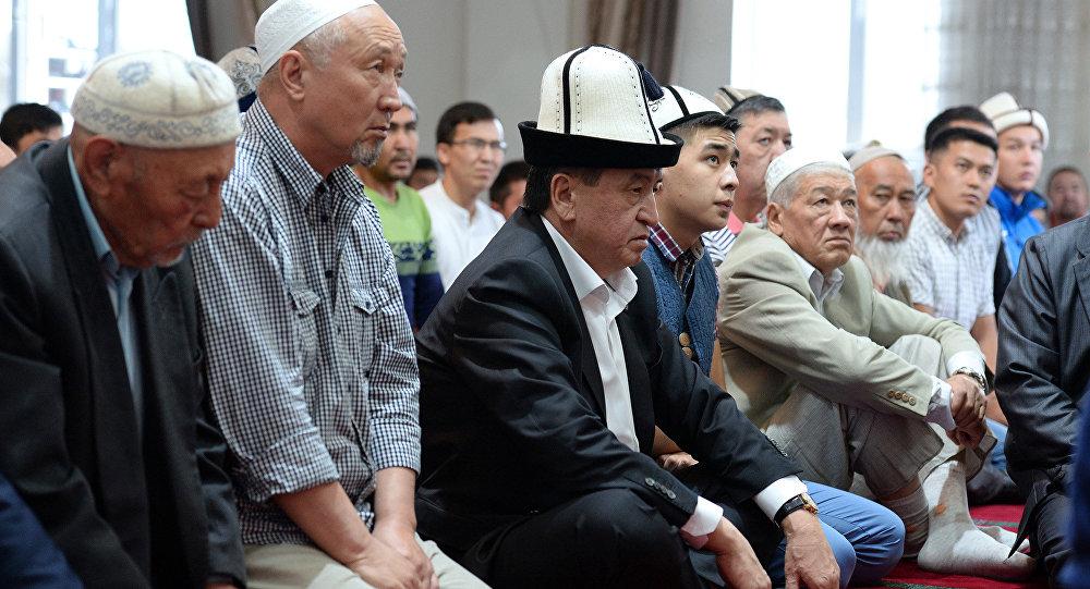 Президент КР Сооронбай Жээнбеков во время намаза в Орозо айт. Архивное фото