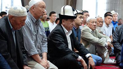 Президент Кыргызской Республики Сооронбай Жээнбеков в день Орозо айт в одном из мечетей в городе Бишкек. Архивное фото