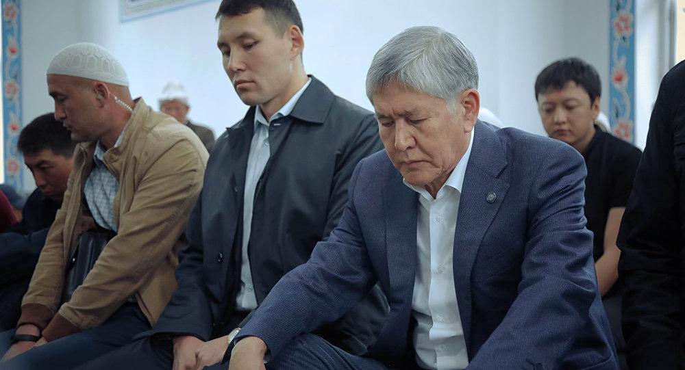Кыргызстандын экс-президенти Алмазбек Атамбаев айт намазына Арашан айылындагы мечитте жыгылды
