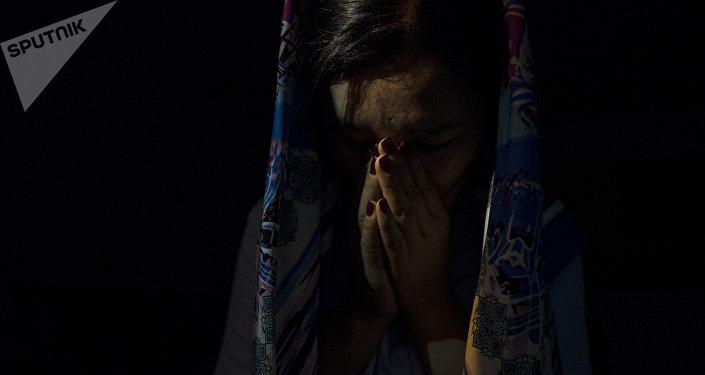 Девушка в платке плачет. Архивное фото