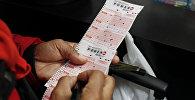 Женщина покупает лотерейный билет. Архивное фото