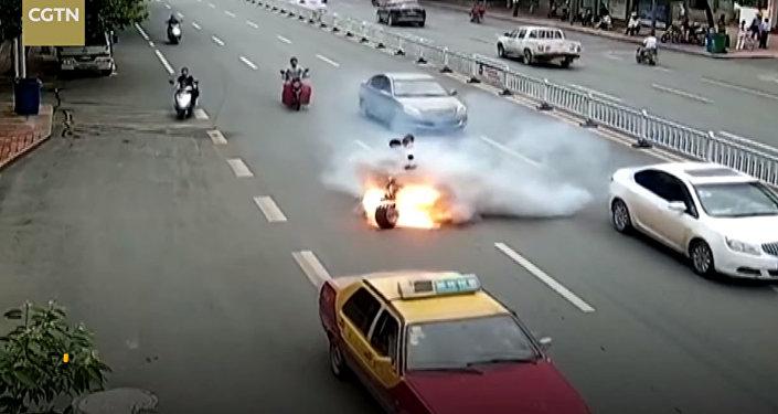 Чем опасен мопед — видео из Китая