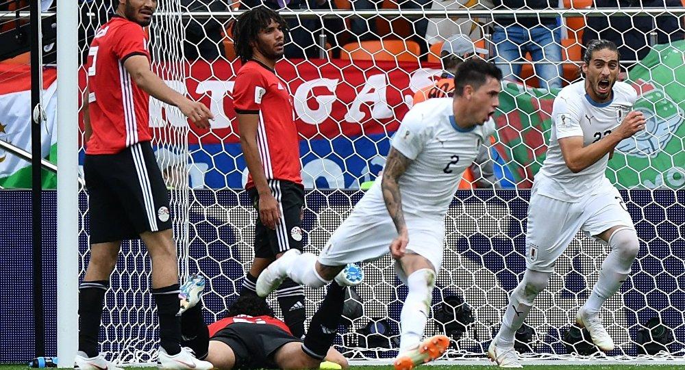 Игрок сборной Уругвая Хосе Хименес радуется (второй справа) радуется забитому голу в ворота команды Египта в матче группового этапа чемпионата мира по футболу
