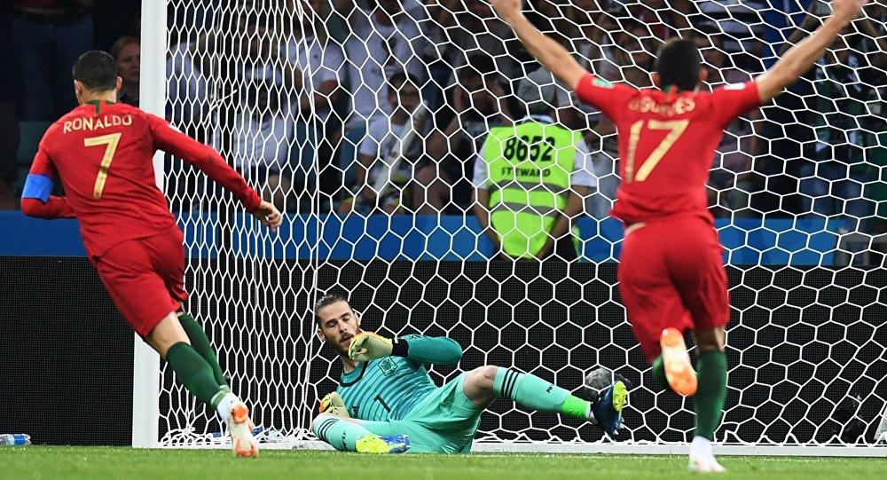 Слева направо: Криштиану Роналду (Португалия), вратарь Давид де Хеа (Испания) и Гонсалу Гедеш (Португалия) в матче группового этапа чемпионата мира по футболу между сборными Португалии и Испании.
