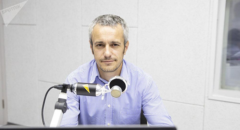 Социолог Василий Кантаржи во время беседы на радио