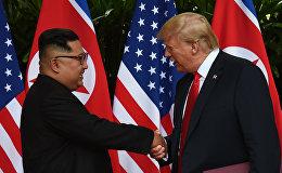 Тарыхта биринчи жолу Сентос (Сингапур) аралында АКШнын президенти Дональд Трамп менен Түндүк Кореянын лидери Ким Чен Ын жолугушту