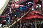 Индонезияда энесинин сөөгү салынган табыт кулап, уулу мерт болду. Видео