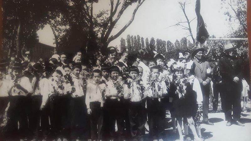 Экс-премьер-министр Темир Сариев (в центре) в школьные годы