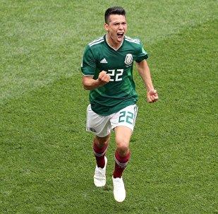 Ирвинг Лосано (Мексика) радуется забитому голу в матче группового этапа чемпионата мира по футболу между сборными Германии и Мексики.