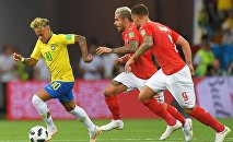 Слева направо: Неймар (Бразилия), Валон Бехрами (Швейцария) и Харис Сеферович (Швейцария) в матче группового этапа чемпионата мира по футболу между сборными Бразилии и Швейцарии.