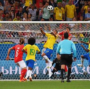 Слева направо: Михаэль Ланг (Швейцария), Виллиан (Бразилия), Тиаго Силва (Бразилия), Фабиан Шер (Швейцария) и Фернандиньо (Бразилия) в матче группового этапа чемпионата мира по футболу между сборными Бразилии и Швейцарии.